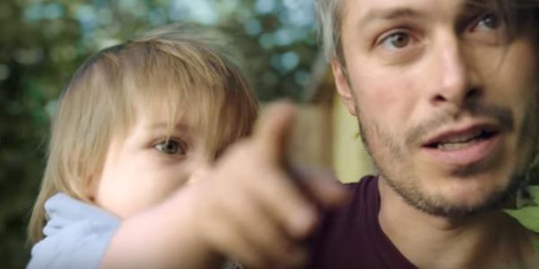 папа с удивленным ребенком