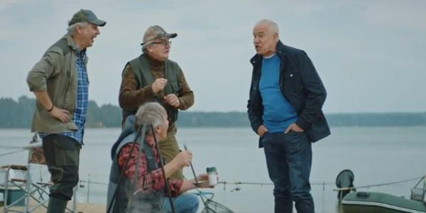 кадр из рекламы Почта Банка про пенсии