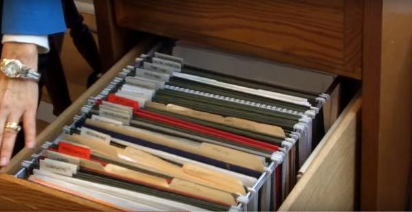 архив документов в выдвижном шкафу в библиотеке