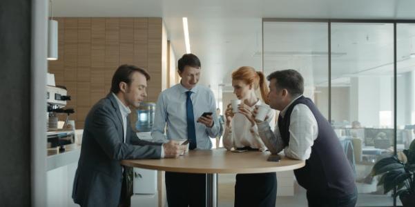 сотрудники банка обсуждают сделку во время перерыва