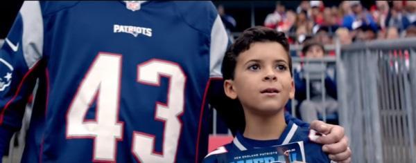 ребенок на стадионе смотрит матч
