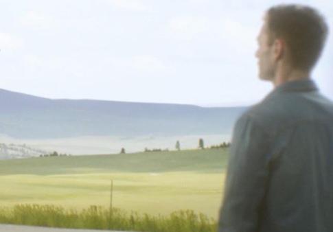 кто-то другой смотрит на холмистые горы