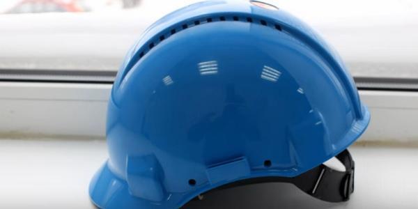 синяя строительная каска для защиты головы