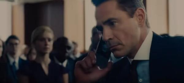 юрист разговаривает по телефону на судебном процессе