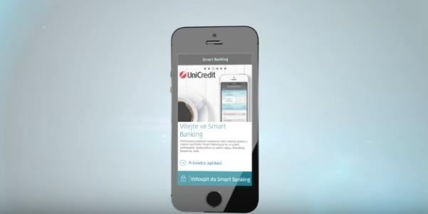 гаджет с интерфейсом мобильного банка Юникредит