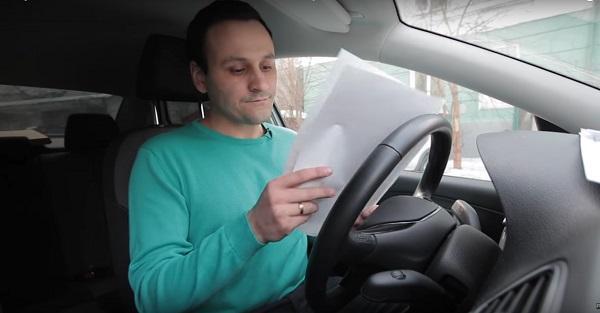 заемщик читает договор по автокредитованию